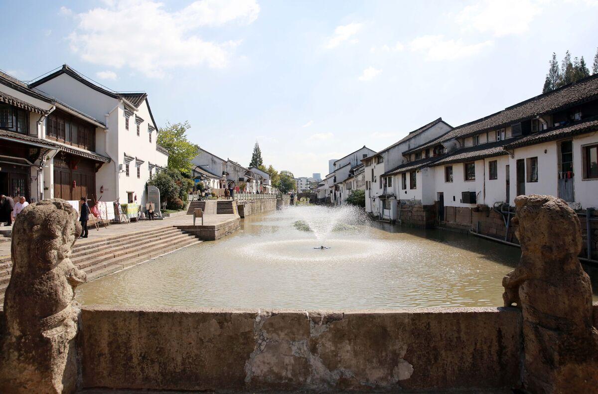 """官河从古镇穿行而过,镌刻着""""福泽长流""""的古老石桥上,两只石狮子张着大口。.jpg"""