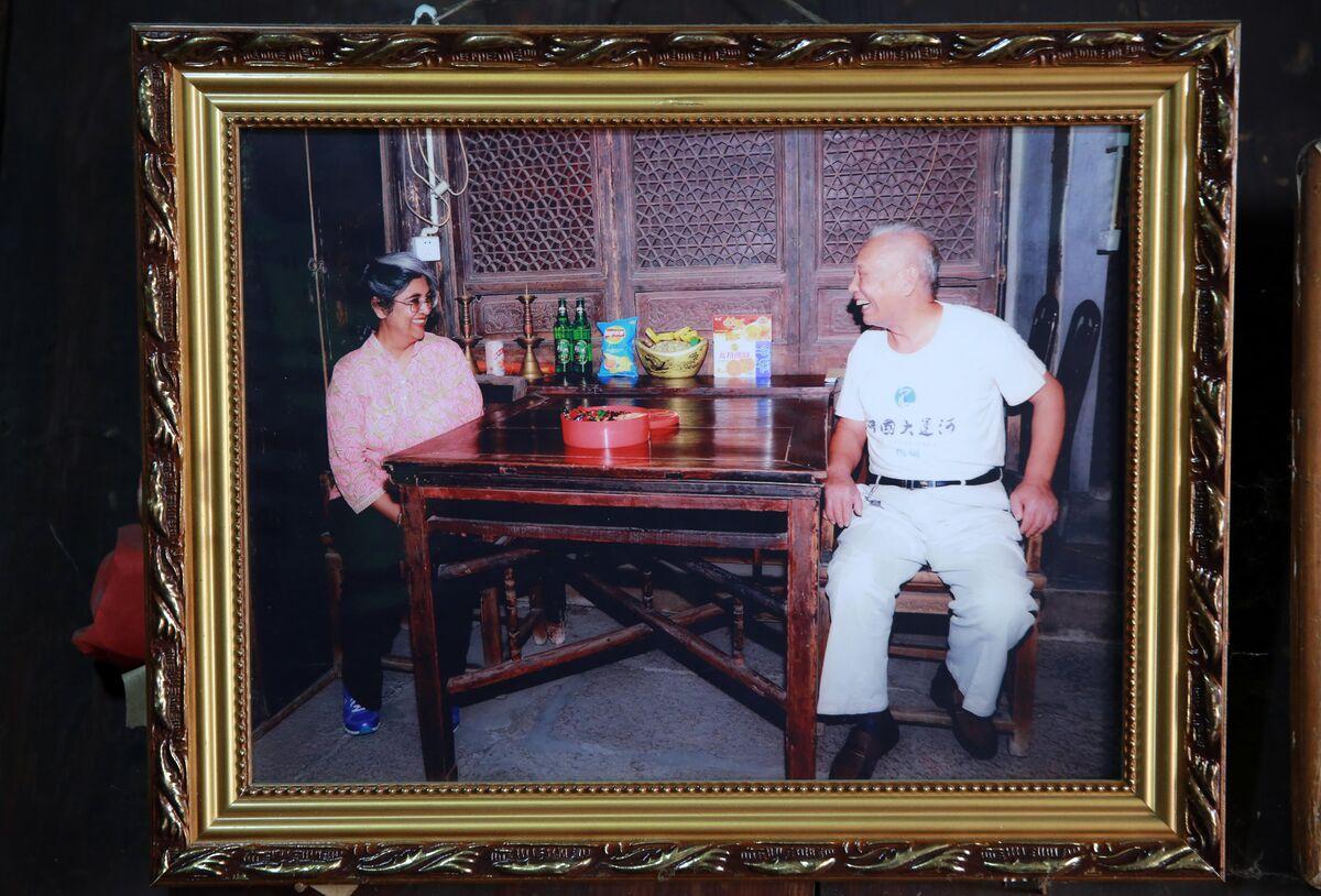 张翊乔家仍保留着国际古迹遗址理事会委派的印度籍专家——莉玛·胡贾女士来他家考察的照片。.jpg